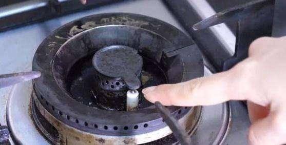 美的燃气灶打不着火的原因是什么  美的燃气灶打不着火如何进行维修